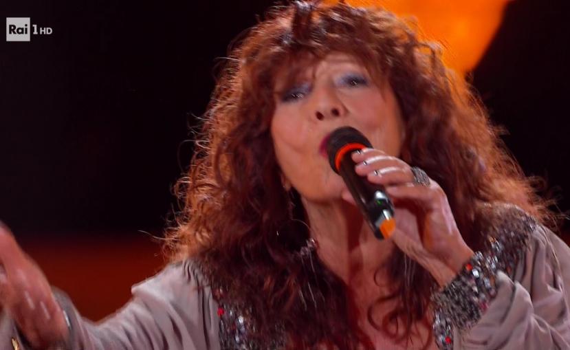 The Voice Senior: i coach scatenati sul palco cantano